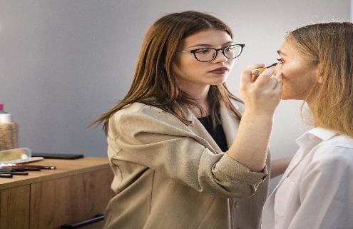 جذابیت های شغل آرایشگری و درآمدهای نجومی