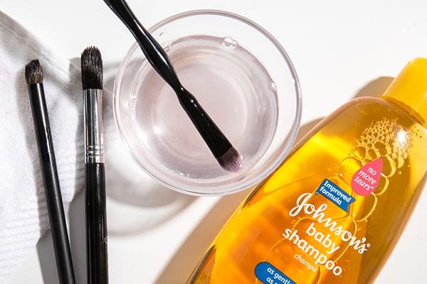 پاک کردن آرایش چشم با شامپو بچه