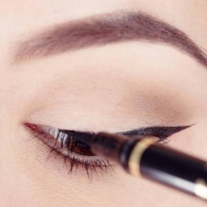 کشیدن خط چشم با چسب